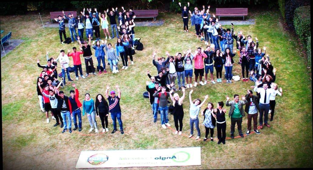 Дети разных стран празднуют окончание языковых курсов в Англии