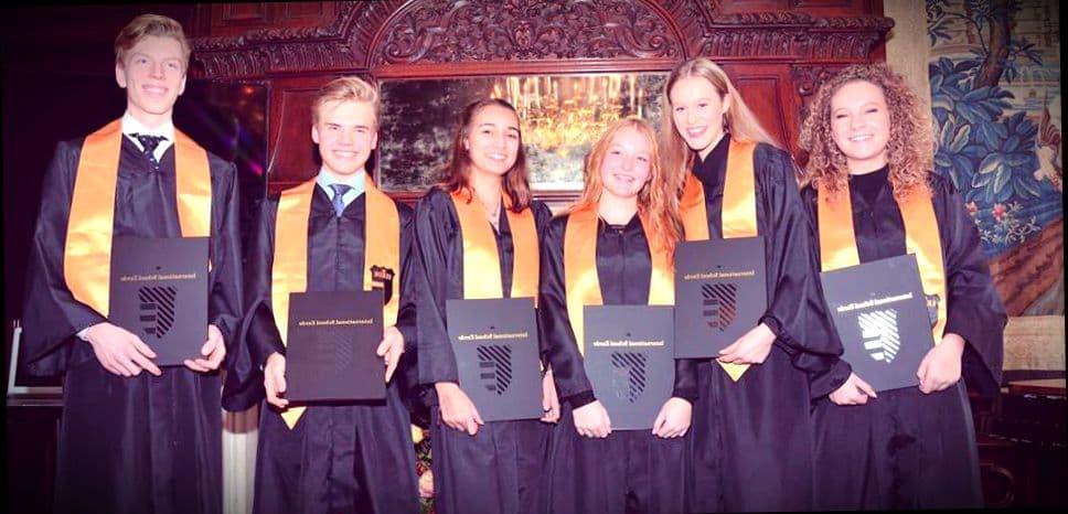 Счастливые выпускники амстердамского университета
