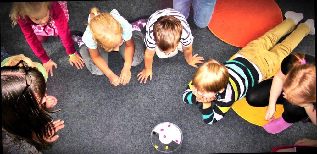 Дети играют в детском саду в Швеции