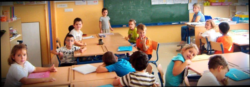 Маленькие дети в детском саду в Испании