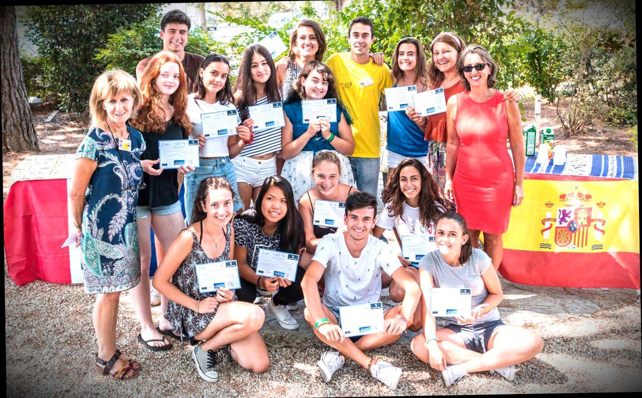 Групповое фото выпускников языковых курсов