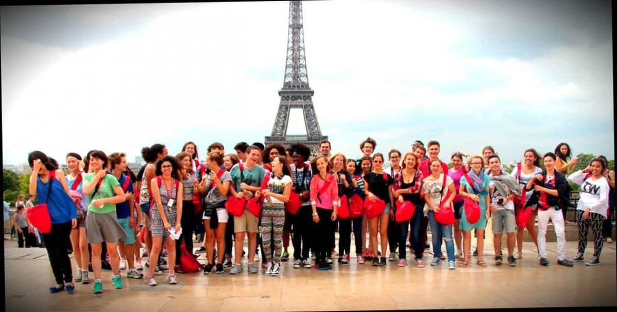 Счатсливые выпускники языковых курсов в Париже