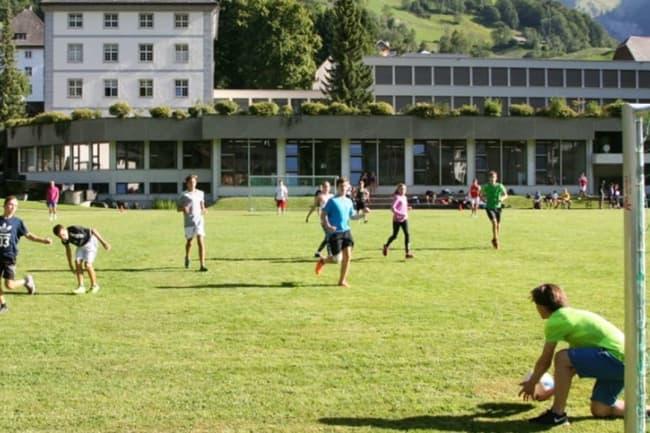Ученики играют в футбол в  Энгельберге