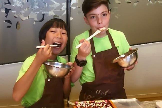 Студенты Pre Fleuri едят палочками