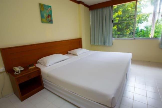 Кровать в номере Patong Language School