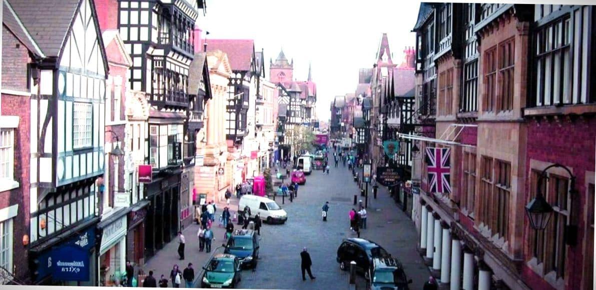 Люди на улицах города.