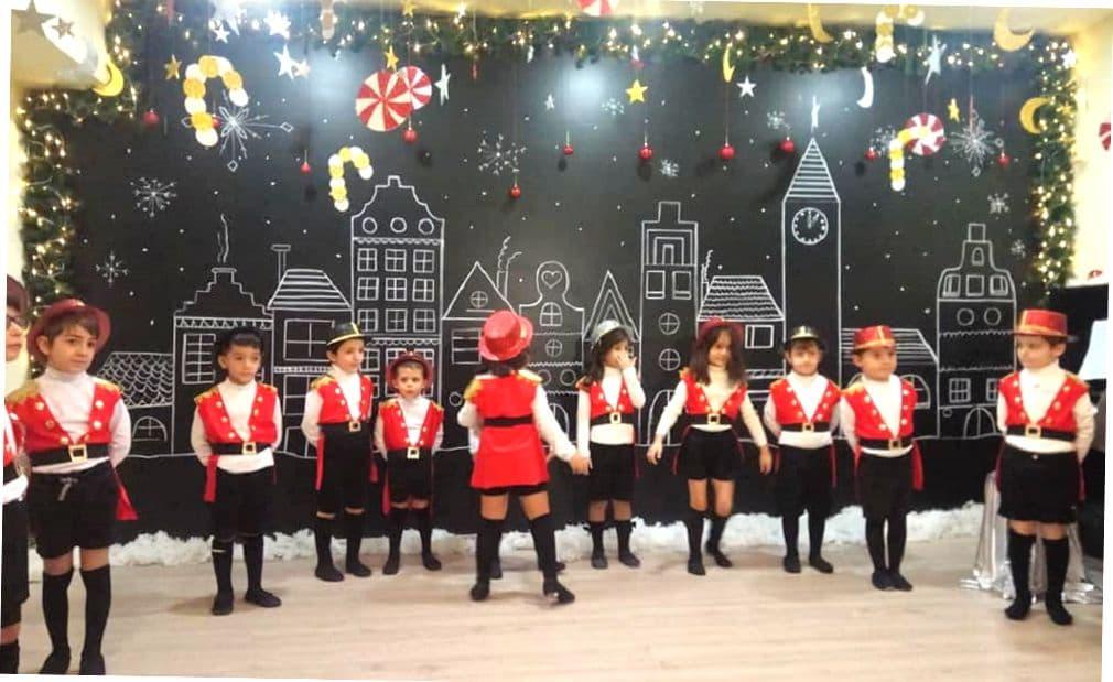 Дети в шотландском дестком саду принимают участие в утреннике