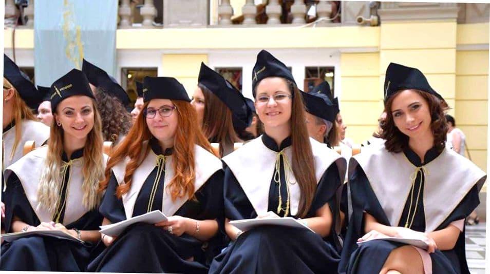 Счастливые выпускницы венгерского вуза