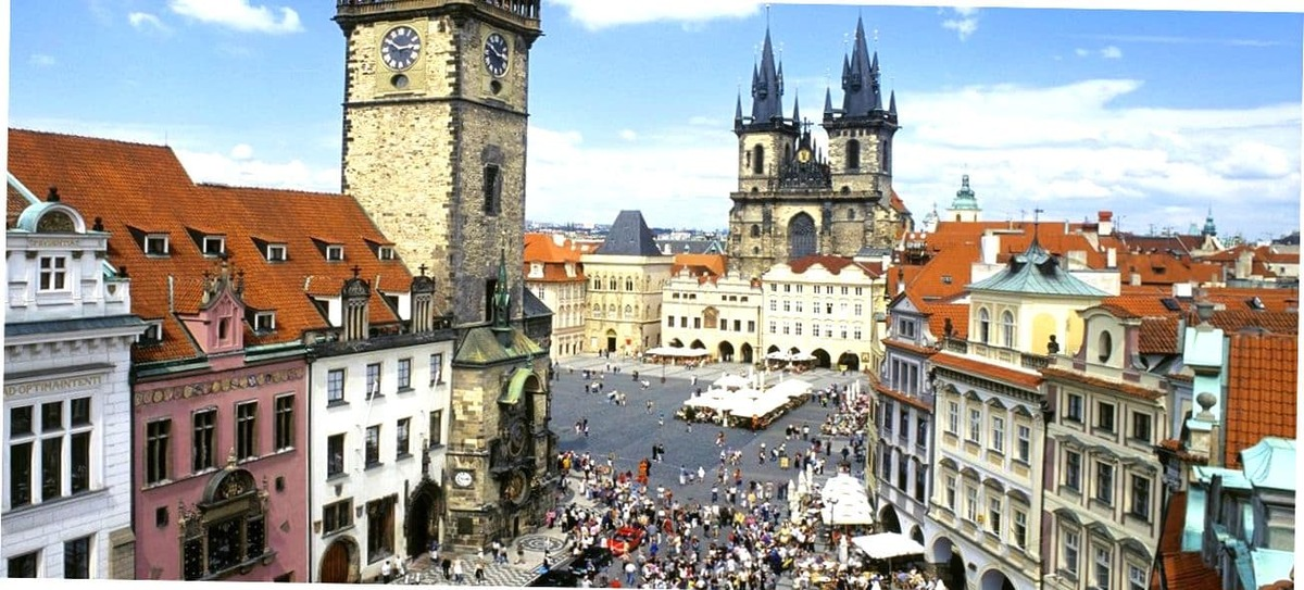 Люди на улицах Праги.