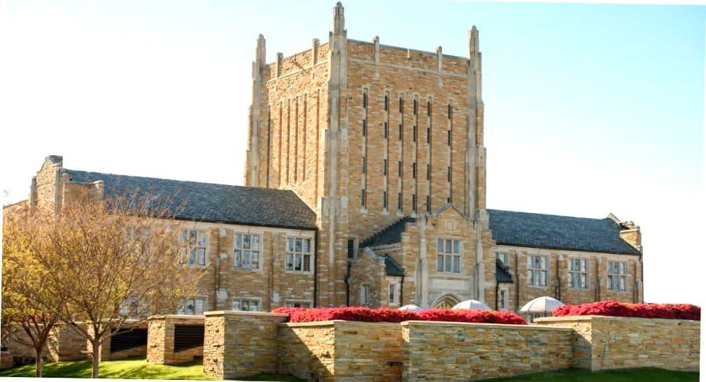 Вид на Главный корпус Университета